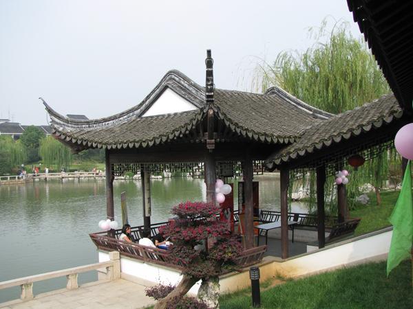 湖边小憩庭